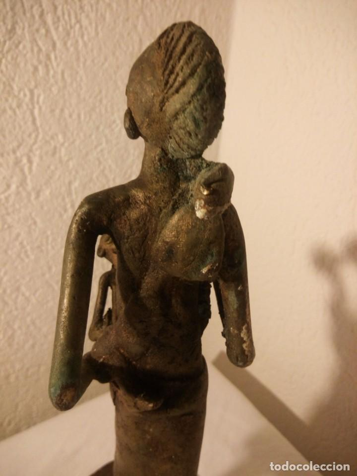 Arte: antigua escultura de mujer africana con niño en regazo de tribu africana, bronce con patina verde. - Foto 11 - 222103576
