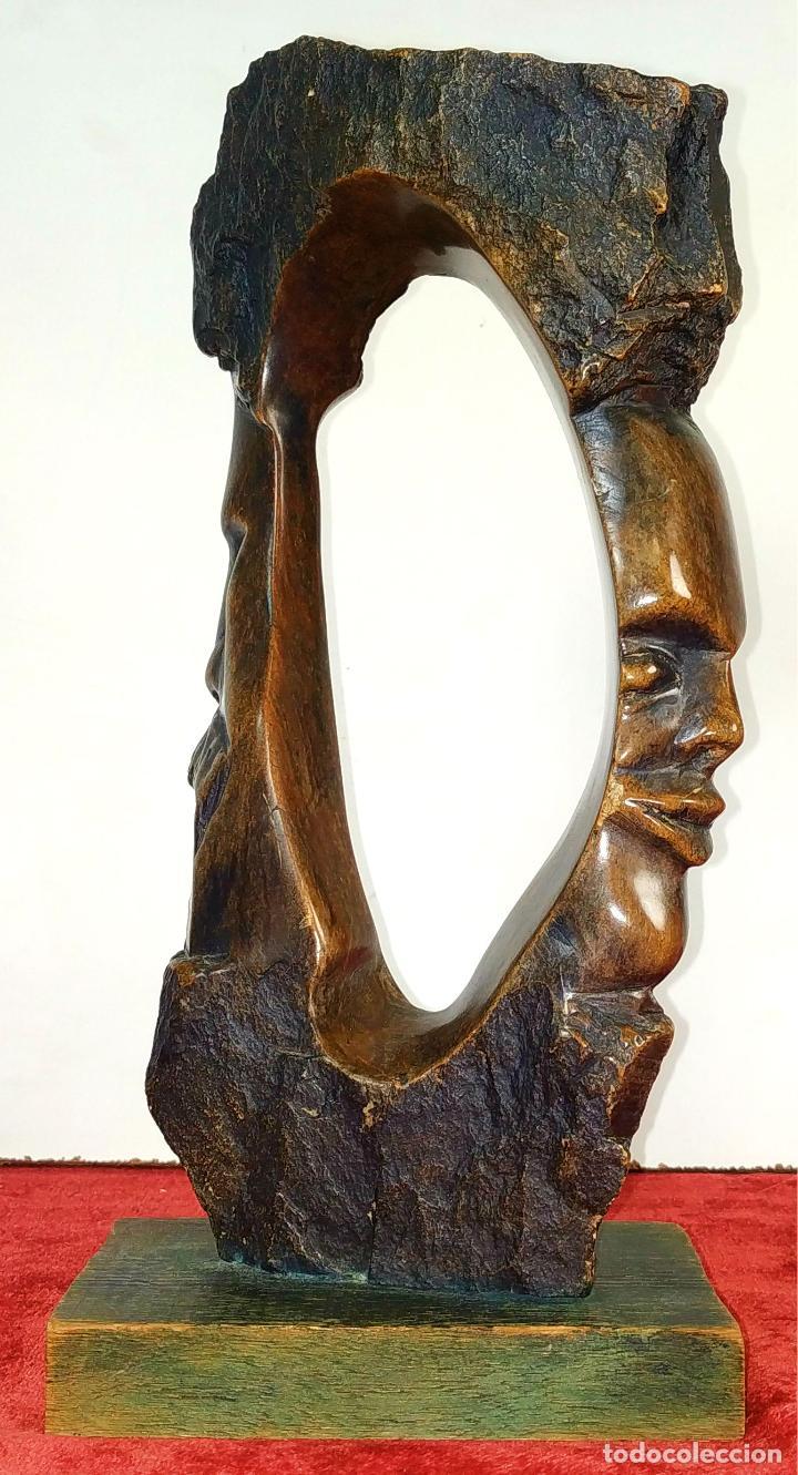 HOMBRE Y MUJER. ESCULTURA. PIEDRA TALLADA (MADERA FÓSIL?). ESPAÑA. SIGLO XX (Arte - Escultura - Piedra)