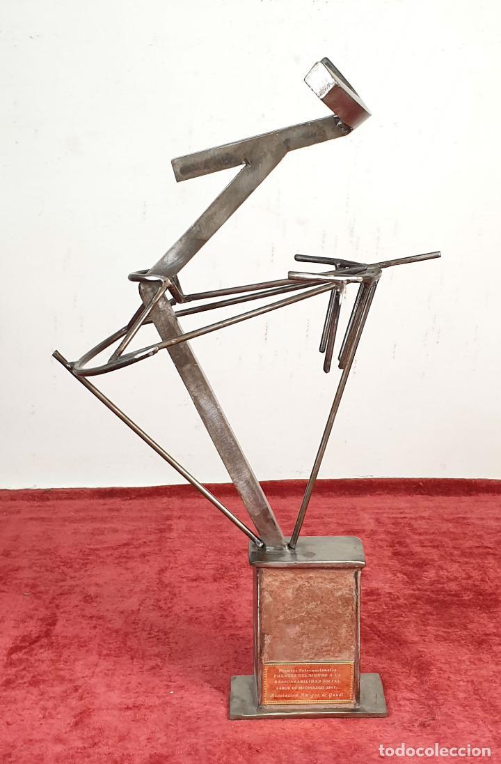 ESCULTURA EN ACERO. PREMIO PUENTES DEL MUNDO. URRUSTI. 2011. (Arte - Escultura - Hierro)