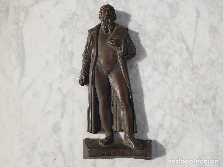FIGURA ANTIGUA DE BRONCE PARA COLGAR DE GUTENBERG IMPRENTA (Arte - Escultura - Bronce)