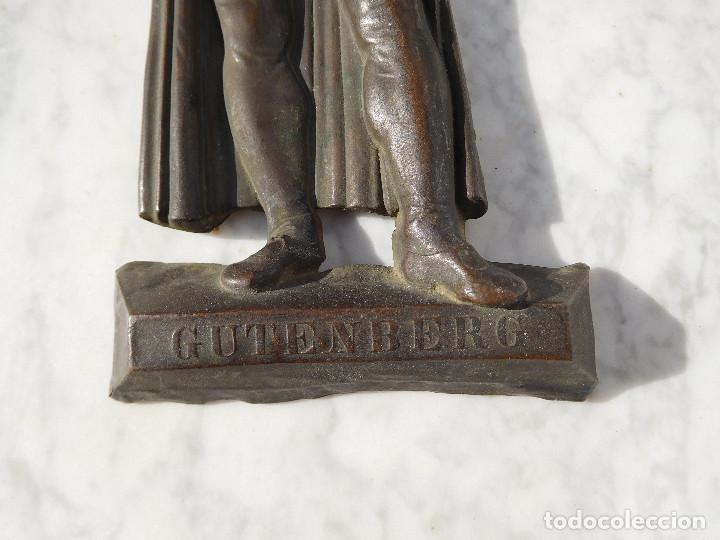 Arte: Figura antigua de bronce para colgar de Gutenberg imprenta - Foto 2 - 192147850