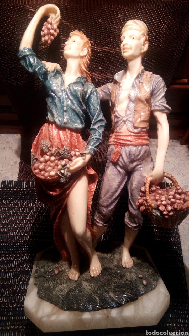 PAREJA DE ESTATUILLAS DE PORCELANA CON PIE DE MÁRMOL ANTIGUO (Arte - Escultura - Porcelana)