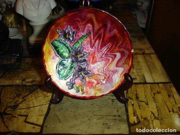 Arte: muy bonito y recogido plato en esmalte de limoges esta firmado - Foto 4 - 194113730