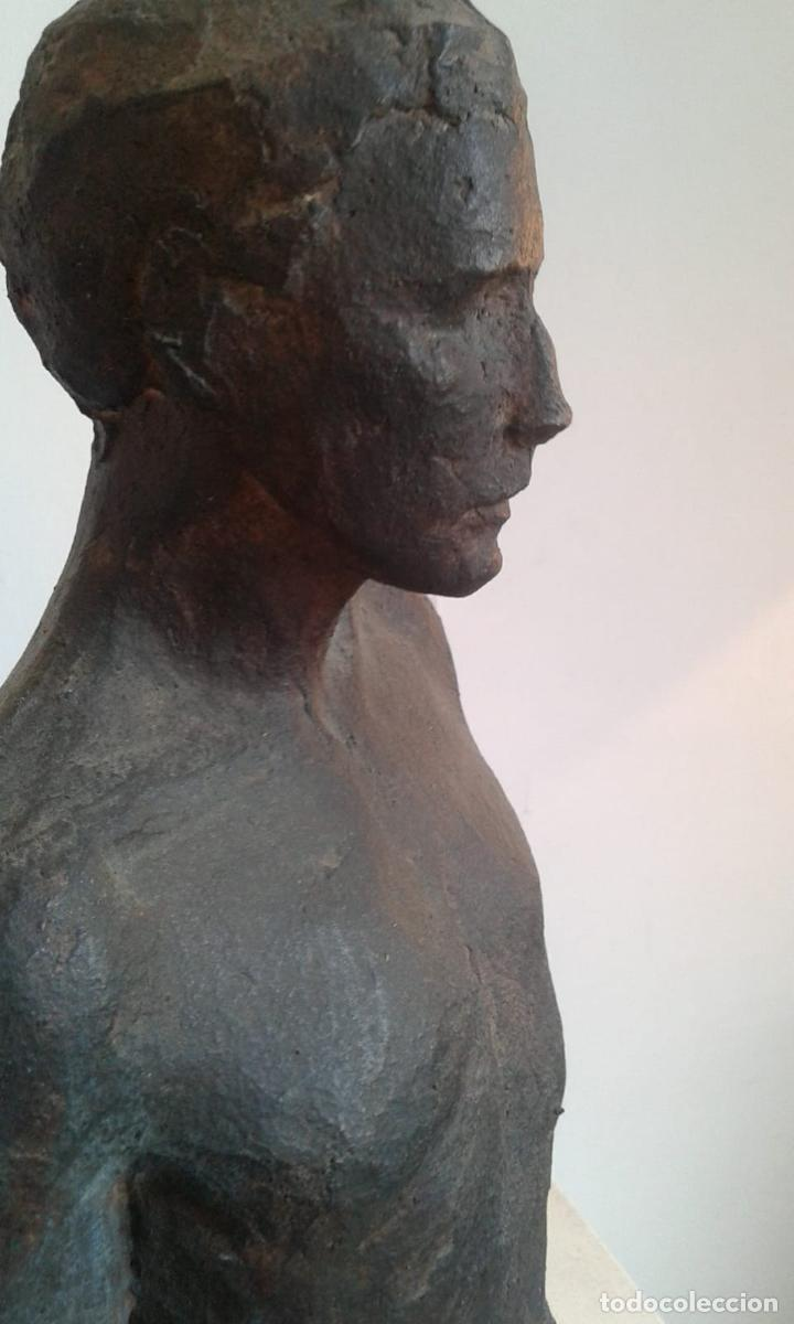 MAGNIFICA FIGURA MASCULINA EN MATERIAL REFRACTARIO POLICROMADO: EL JOVEN MARC. MITAD DEL SIGLO 20 (Arte - Escultura - Terracota )
