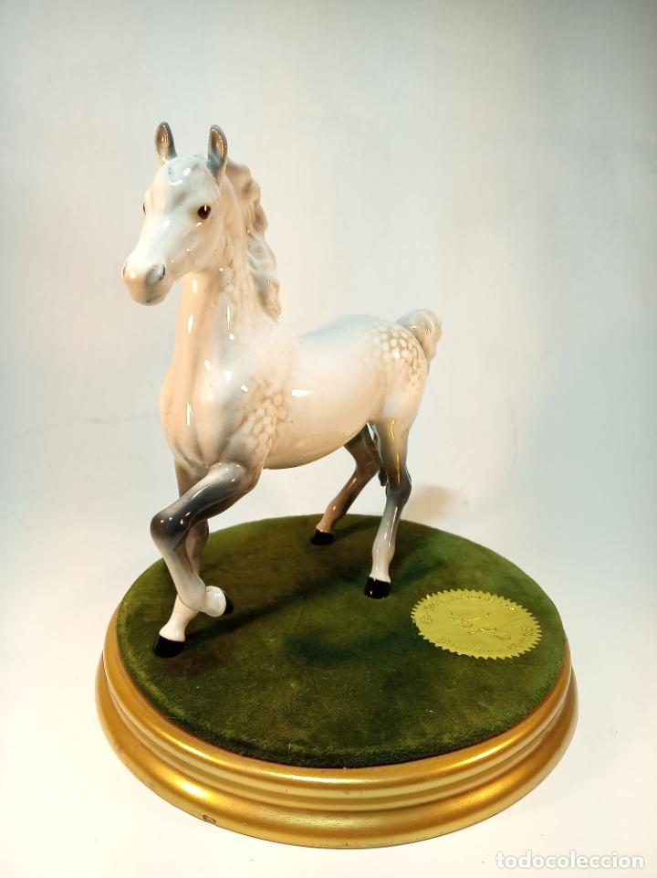 PRECIOSO CABALLO BLANCO EN PORCELANA ESMALTADA. BESWICK ENGLAND. 17 CM. (Arte - Escultura - Porcelana)