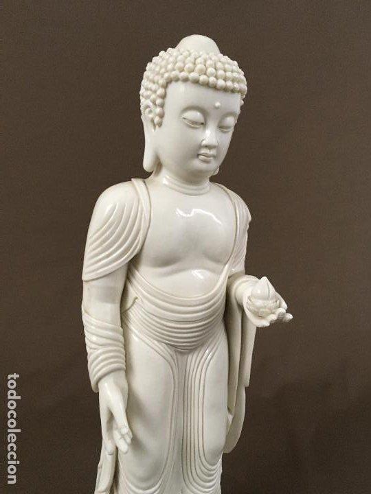 Arte: Buda de pie sobre flor de Loto de porcelana - Foto 2 - 195273102