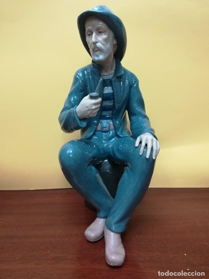 MAGNIFICA FIGUARA DE PORCELANA NAO DE UN SEÑOR FUMANDO EN PIPA (Arte - Escultura - Porcelana)
