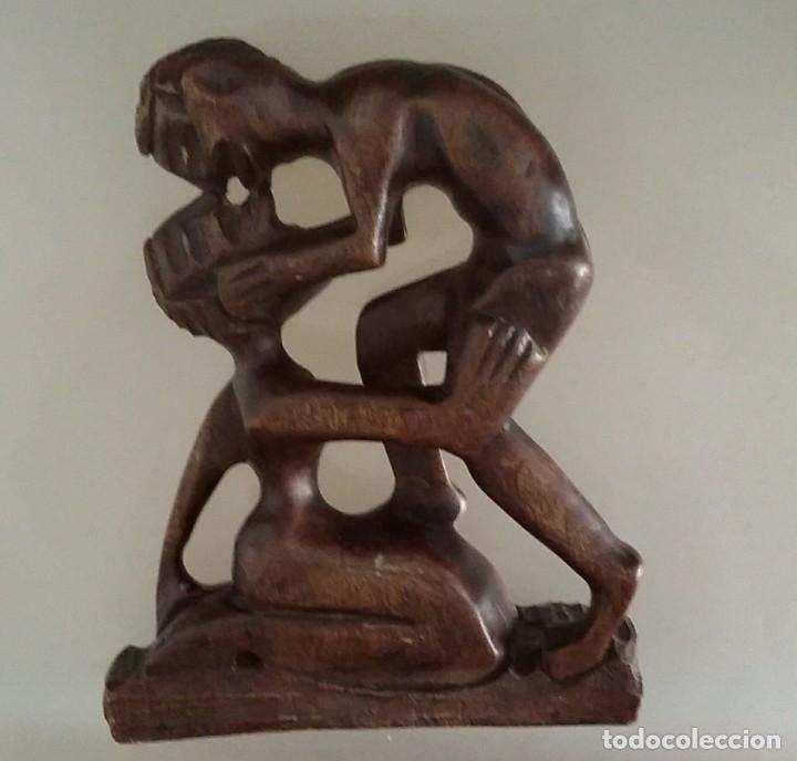 HERMOSA ESCULTURA DE MADERA TALLADA : EL BESO . LABRADO EN UNA SOLA PIEZA (Arte - Escultura - Madera)