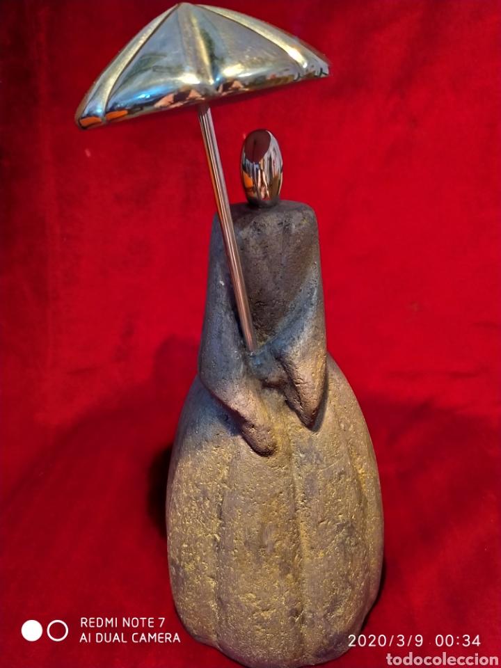 PRECIOSA ESCULTURA DE DAMA, EN PIEDRA Y METAL, VER (Arte - Escultura - Piedra)