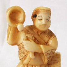 Arte: ANTIGUO NETSUKE MARFIL DE ELEFANTE FIRMADO JAPON ARTE JAPONES TALLA OKIMONO INSTRUMENTO MUSICAL. Lote 196938263