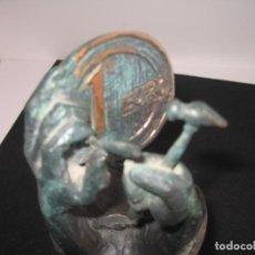 Arte: ESCULTURA DEL EURO CON PEANA. Lote 197094942