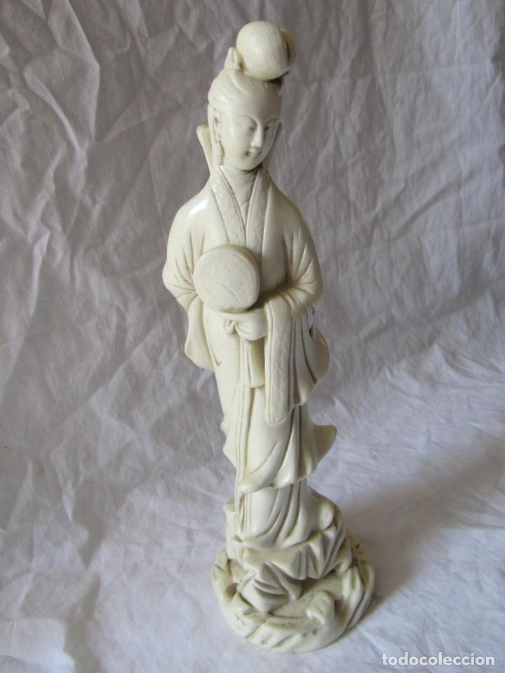 Arte: Estilizada figura de joven china o japonesa en resina, símil marfil - Foto 2 - 198196852