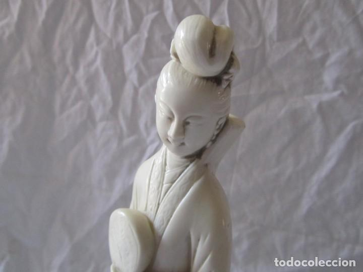 Arte: Estilizada figura de joven china o japonesa en resina, símil marfil - Foto 4 - 198196852