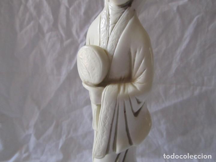 Arte: Estilizada figura de joven china o japonesa en resina, símil marfil - Foto 5 - 198196852