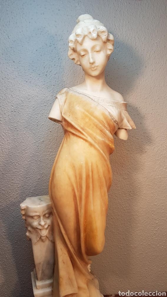 ESCULTURA DE ALABASTRO CLASICA DE MUJER CON COLUMNA CON CABEZA DE SATIRO. ALTURA 60 CM. (Arte - Escultura - Alabastro)
