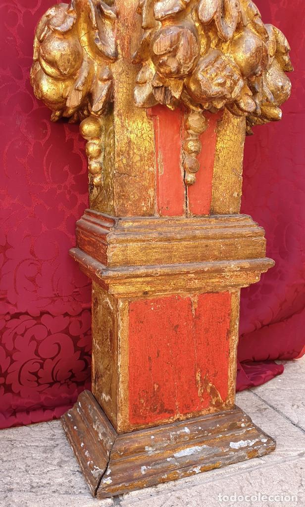 Arte: Importante pareja de pilastras en madera tallada, dorada y policromada en rojo y verde. Siglo XVII. - Foto 5 - 201274028