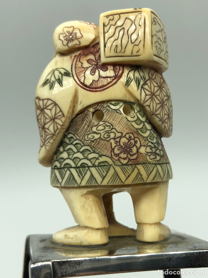 Arte: Antiguo Netsuke de marfil elefante sobre una peana de plata. - Foto 2 - 194292823