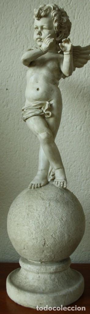 ANGEL O QUERUBIN SOBRE LA BOLA DEL MUNDO DE RESINA TENIA UNA FLAUTA 1748 GR ALTURA 50 CM DIAME 13CM (Arte - Escultura - Resina)