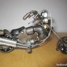 Arte: ESCULTURA MOTO CHOPPER ANTIGUA ARTESANAL PIEZAS DE HIERRO TUERCAS, TORNILLOS. Lote 203926668