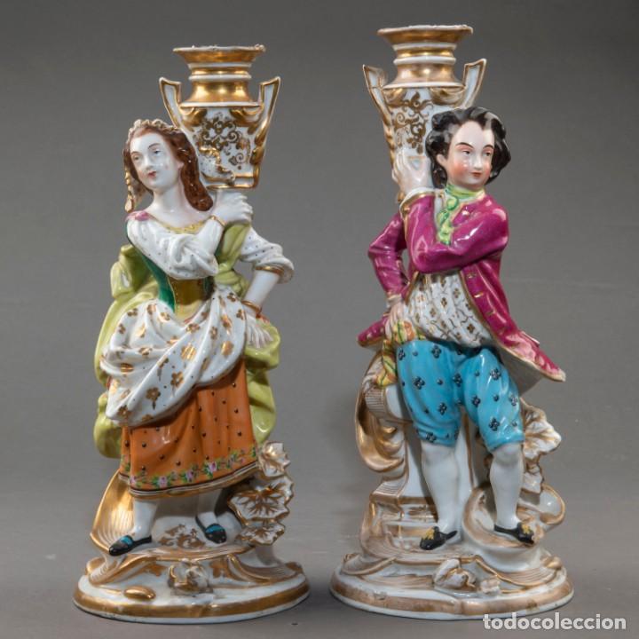 PAREJA DE CANDELEROS DE UNA VELA EN PORCELANA FRANCESA DEL SIGLO XIX. - 40*17CM (Arte - Escultura - Porcelana)