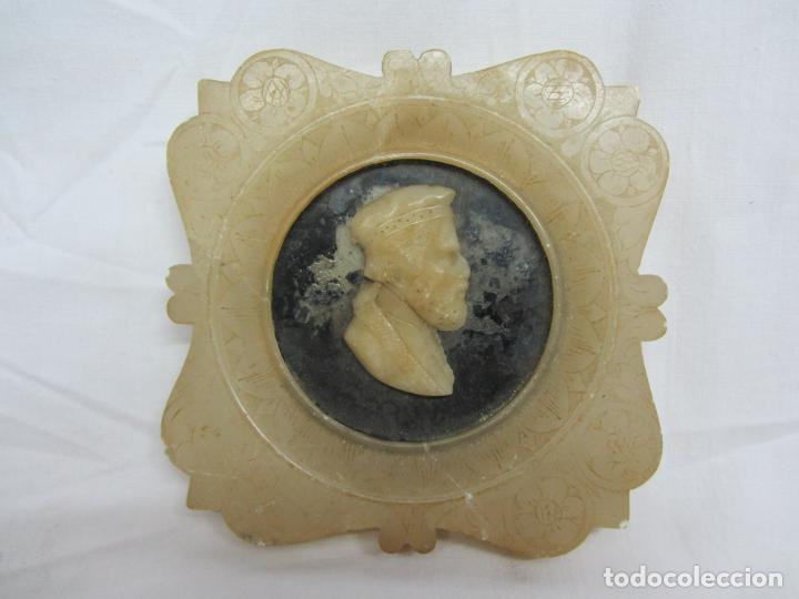 BUSTO ENMARCADO EN ALABASTRO CON DECORACIONES ESGRAFIADAS S.XIX (Arte - Escultura - Alabastro)