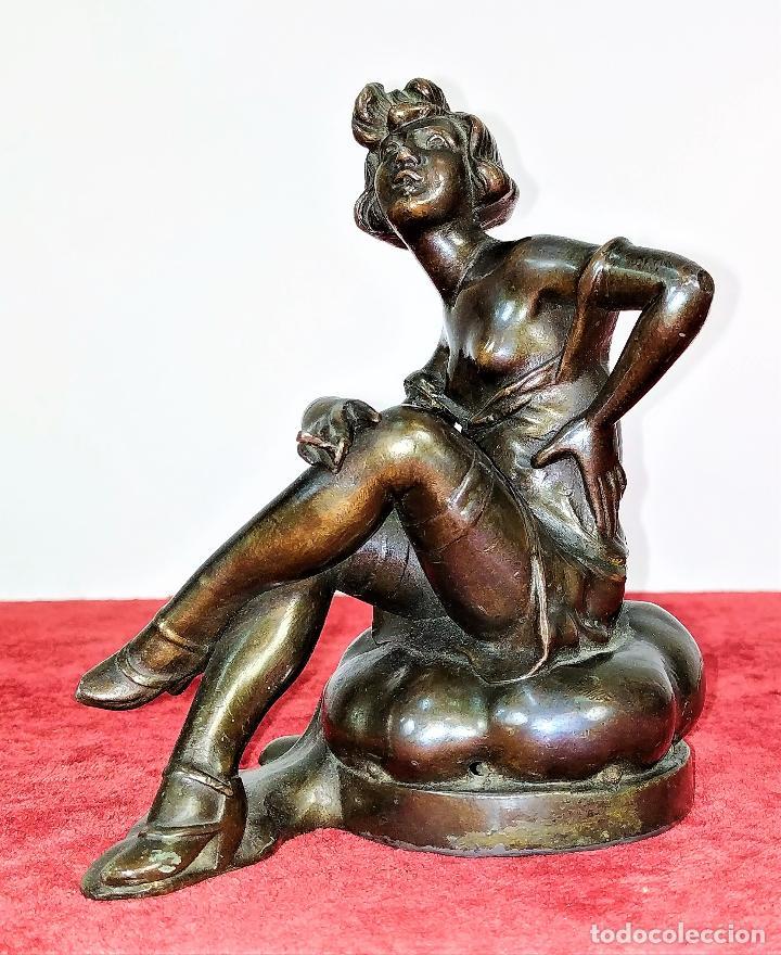 DAMA ART DECO FUMANDO. METAL CON PÁTINA COLOR BRONCE. FIRMADO LESUEUR. FRANCIA. CIRCA 1920 (Arte - Escultura - Hierro)