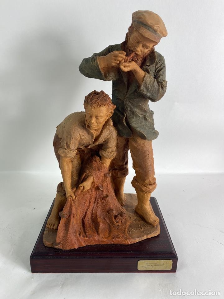 FIGURA EN PASTA PESCADORES. FIRADA JOSEP BOFILL. S.XX. (Arte - Escultura - Resina)