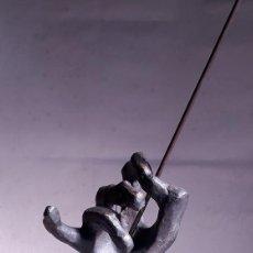 Arte: ESCULTURA DE LA MANO DE UN DIRECTOR DE ORQUESTA EN BRONCE. PIEZA ÚNICA, ANÓNIMA.. Lote 208295296