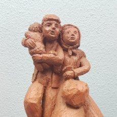 Arte: ESCULTURA DE TERRACOTA DE MARIA PAZ GULIAS NANTES. TITULADA FAMILIA AMANTIÑA. 18 CM SIN BASE. Lote 209344270