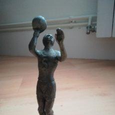 "Arte: ANTIGUA ESCULTURA ""JUGADOR DE BALONCESTO"".. Lote 209948125"