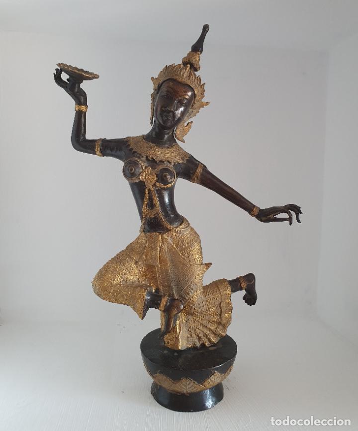 GRAN ESCULTURA ANTIGUA DE BAILARÍN TAILANDÉS KHON EN BRONCE CINCELADO PARCIALMENTE PATINADO . (Arte - Escultura - Bronce)