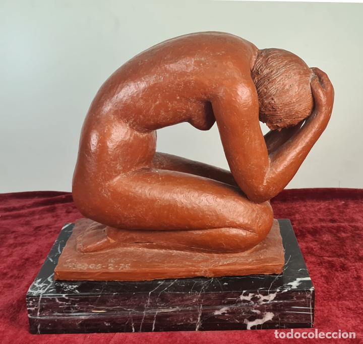 MUJER AGACHADA. ESCULTURA EN TERRACOTA. FIRMADO ROSAS. 1975. (Arte - Escultura - Terracota )