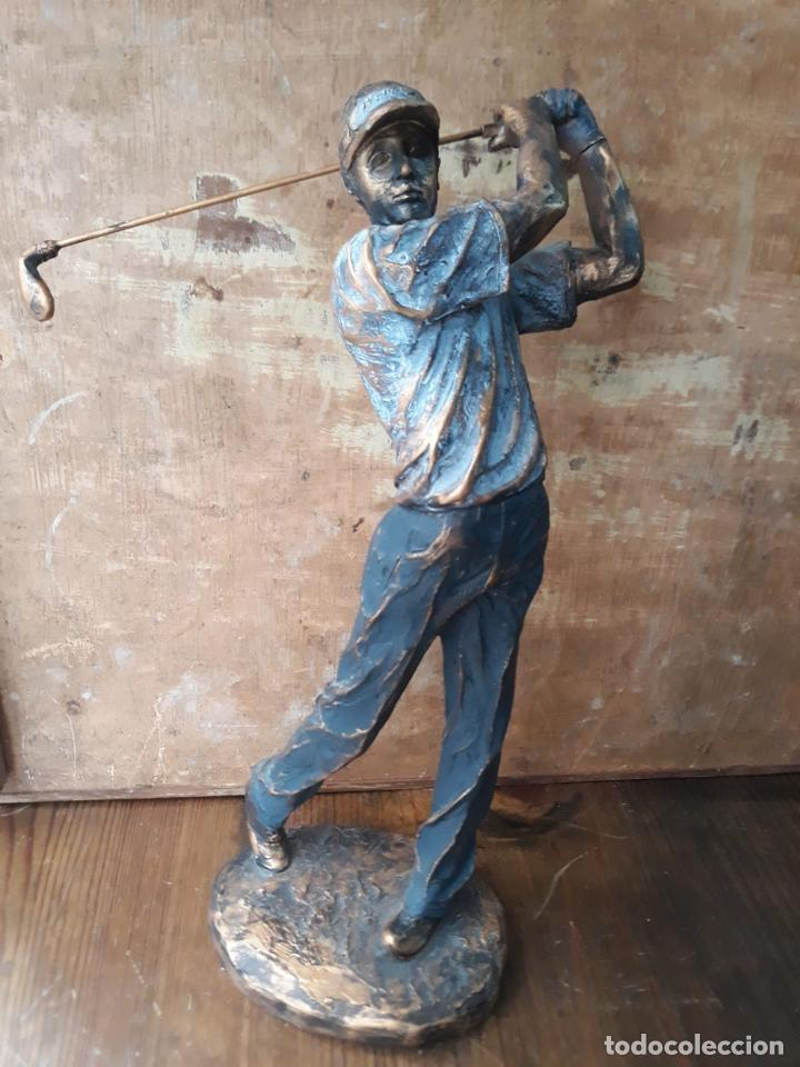 ESCULTURA EN RESINA DE GOLFISTA GOLPEANDO LA BOLA GOLF 29 CM (Arte - Escultura - Resina)