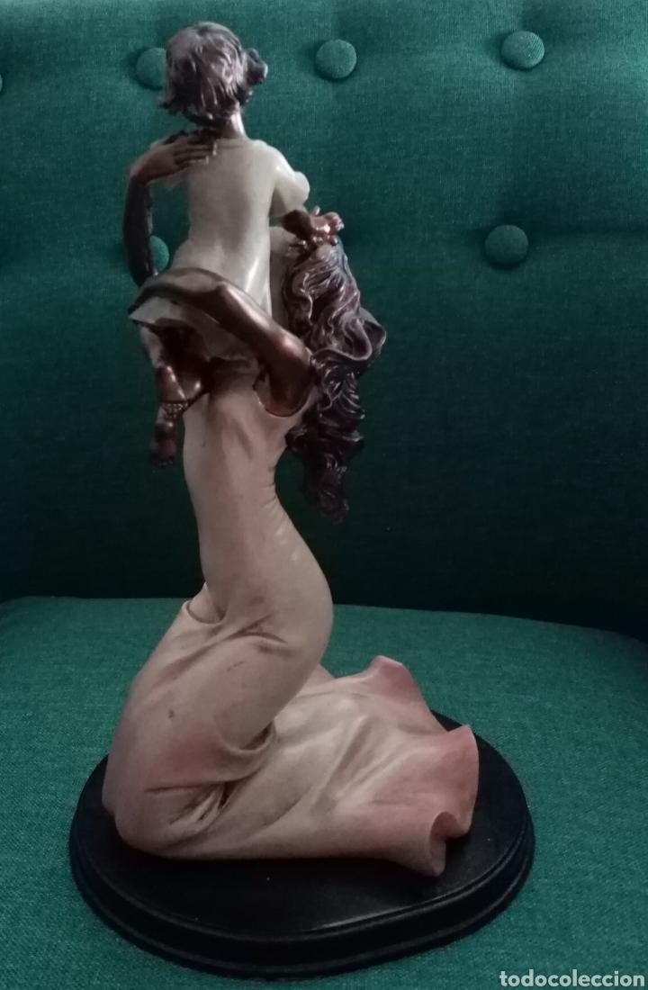 Arte: Bella figura_escultura de resina mujer cogiendo a un niño. Una imagen muy delicada 26cm alto - Foto 4 - 212266132