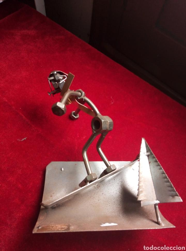 Arte: Muy original figura hecha con tornillos y hierro. Con firma. Hina y kunst. Germany - Foto 2 - 212530793