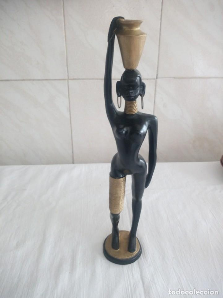 MUJER AFRICANA CON CÁNTARO EN LA CABEZA DE RESINA. (Arte - Escultura - Resina)