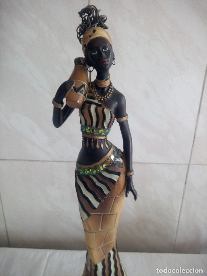 Arte: Mujer africana con cántaro de agua de resina. - Foto 2 - 213439076