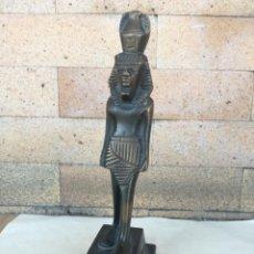 Arte: FIGURA EGIPCIA DE BRONCE HOMBRE TRANSPORTANDO JARRON EN LA CABEZA. EGIPTO - ALTURA: 21 CM. Lote 214306898