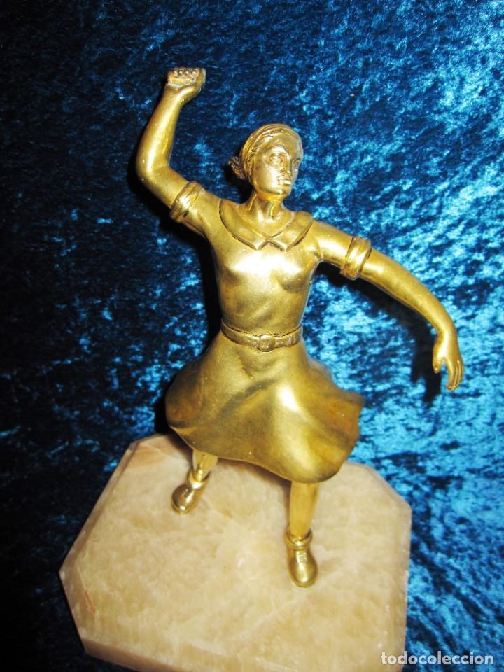 "TRAMPANTOJO BRONCE ""ALEGATO FEMINISTA"" MUJER SOBRE PEANA MÁRMOL ROSA CIRCA 1920-1930 (Arte - Escultura - Bronce)"