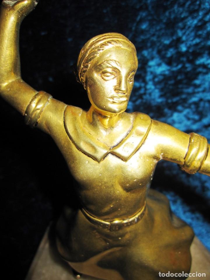 "Arte: Trampantojo bronce ""Alegato feminista"" mujer sobre peana mármol rosa circa 1920-1930 - Foto 25 - 215766223"
