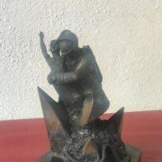 Arte: ELEGANTE BRONCE - BOMBERO RESCATANDO A UN NIÑO- FIRMADA RIUS.. Lote 215867406