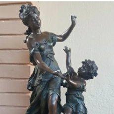 Arte: AUGUSTE MOREAU 1834 - 1917 ESCULTURA ART DECÓ FIGURA DE MUJER CON NIÑO EN EL PEDESTAL 61CM. Lote 216579513