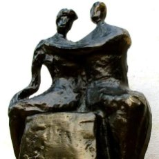 Arte: ABRAZADOS. CORRY AMMERLAAN-VAN NIEKERT. BRONCE Y METAL PATINADO. HOLANDA 1987. Lote 217316115