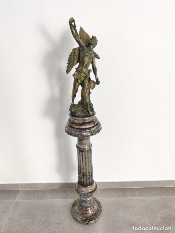 CAZADOR DE AGUILAS, ESCULTRA EN RESINA CON PEDESTAL COLUMNA DE MÁRMOL (Arte - Escultura - Resina)