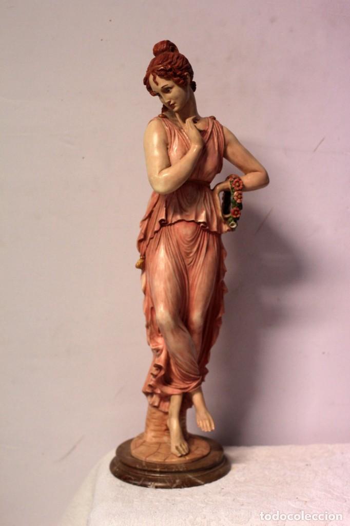 ANTIGUA FIGURA DECORATIVA DE GRAN TAMAÑO. MUJER CON FLORES. 66CM. GRAN BELLEZA (Arte - Escultura - Resina)