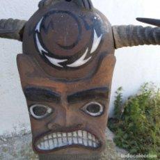 Arte: ESCULTURA TERRACOTA FIGURA AFRICANA CARA CON CUERNOS ALTURA 60 CM. ANCHO 40 CM. FONDO 16 CM.. Lote 219691197