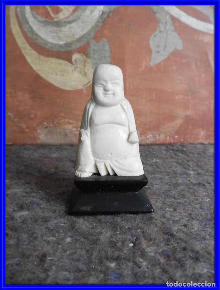 BUDA SONRIENTE DE MARFIL SOBRE PEANA DE MADERA (Arte - Escultura - Marfil)
