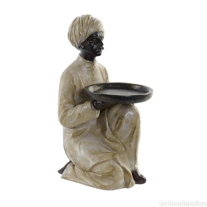 PRECIOSA FIGURA HINDÚ ARRODILLADO CON PLATO. MATERIAL: RESINA Y METAL. (Arte - Escultura - Resina)