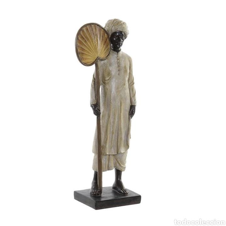 PRECIOSA FIGURA HINDÚ CON PAIPAI, SOBRE PEANA CUADRADA. MATERIAL: RESINA. (Arte - Escultura - Resina)