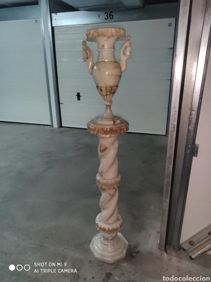 PRECIOSA COLUMNA Y JARRÓN EN ALABASTRO, EXQUISITA TALLA, PUEDE PONERSELE INSTALACIÓN PARA ILUMINAR. (Arte - Escultura - Alabastro)
